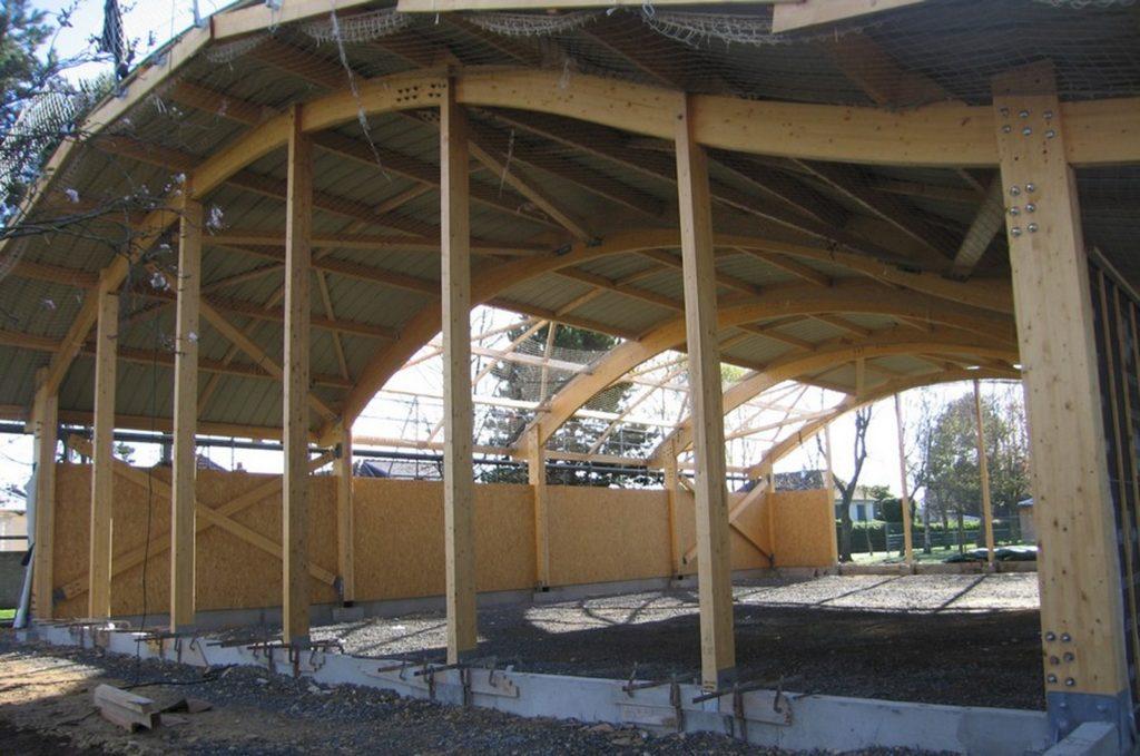 Boulodrome portique bois - Bureau d'etudes structure bois : Lefebvre Sylvain - mise en place de la couverture